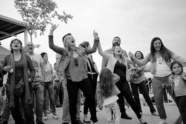 concierto publico bailando