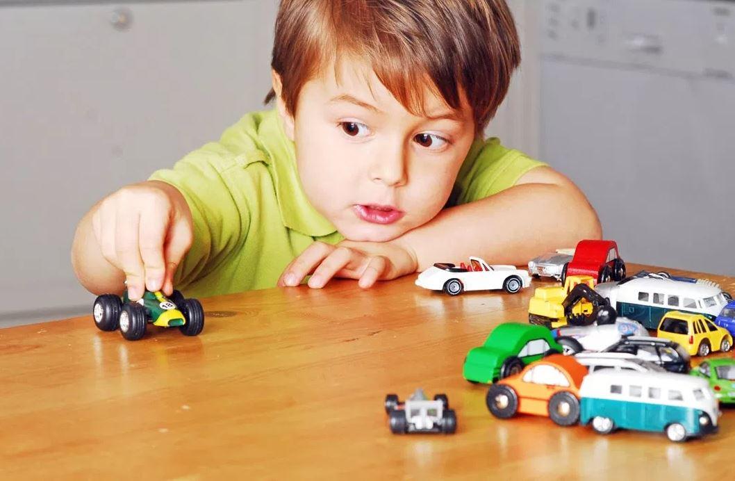 Juego simbólico y autismo. Imagen obtenida de: https://blogsaverroes.juntadeandalucia.es/educacionenlaescuela/wp-content/uploads/sites/2502/nggallery/ninos-jugando-solos/niño-jugando-solo-en-casa.JPG