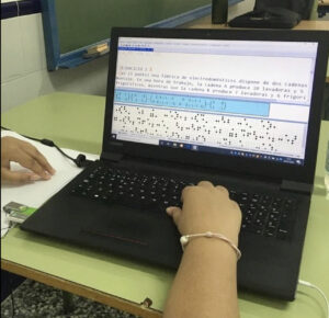 Alumna usando en el ordenador el programa edico