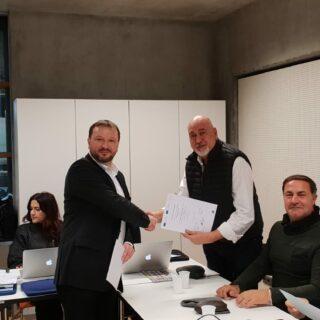 El director del IES Arroyo de la Miel recibe el certificado del curso en Linz