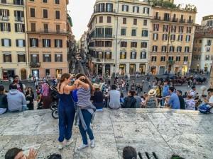 Alicia y Paula bailando sevillanas en la escalinata de la Plaza de España