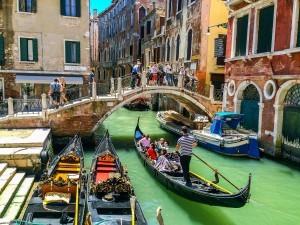 Imagen clásica de Venecia con sus góndolas y sus puentes