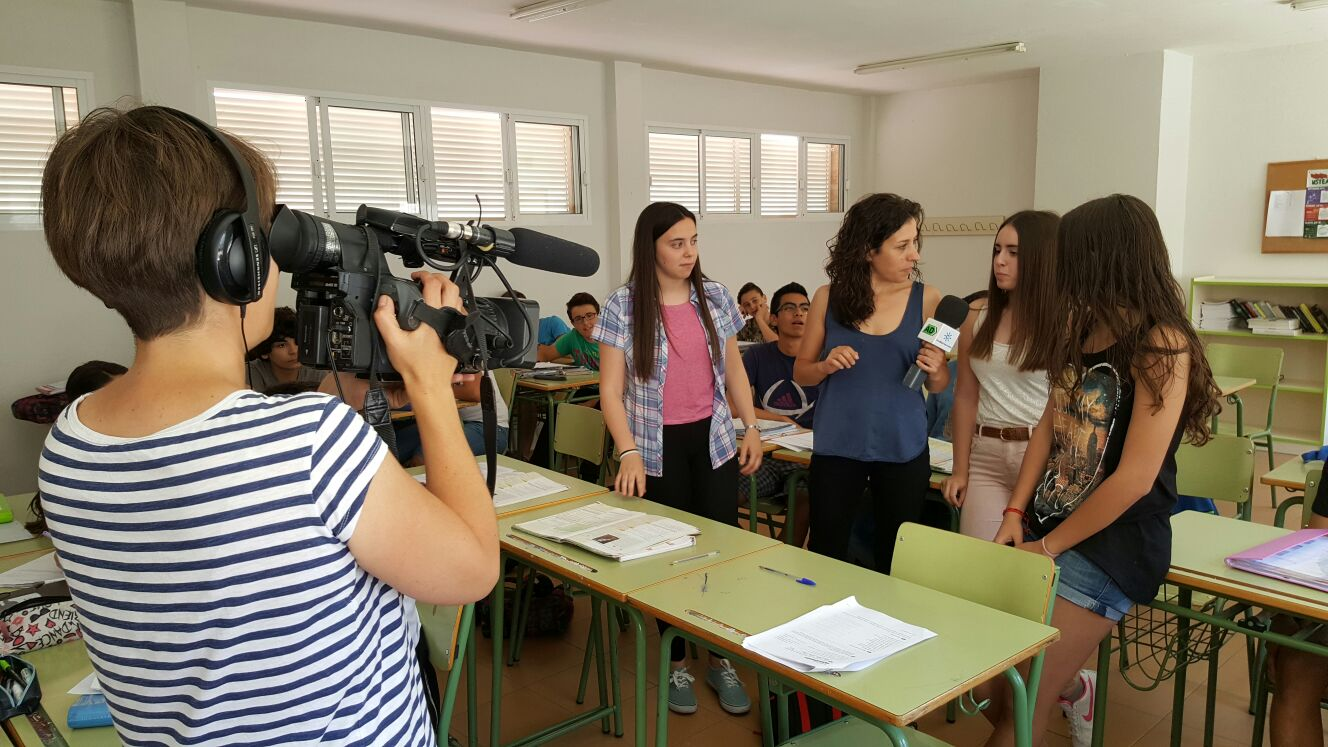 Momento de la grabación de la entrevista a las alumnas mediadoras de 4º de ESO.