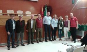 El Secretario General provincial D. Leandro Torres (tercero por la izquierda) recibe en nombre de la Delegada Territorial a un grupo de alumnado y profesorado de ambos centros